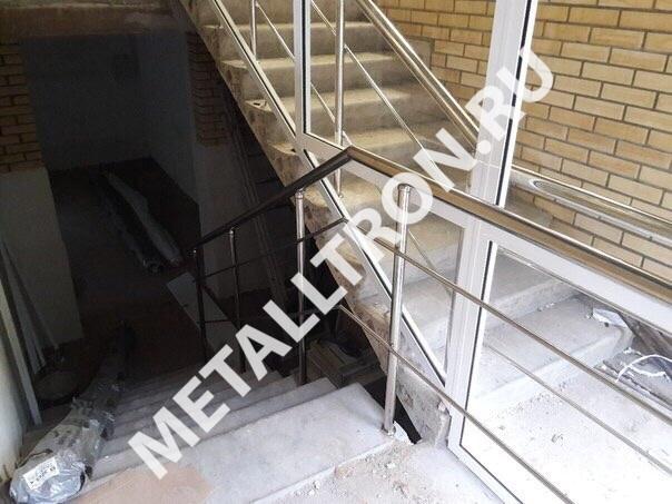 Лестничные ограждения из нержавеющей зеркальной стали для торгового зала