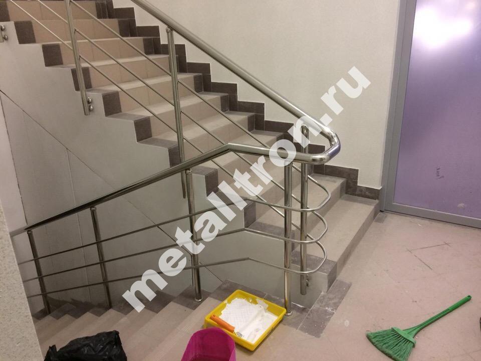 перила и ограждения с отводами для офисного здания.